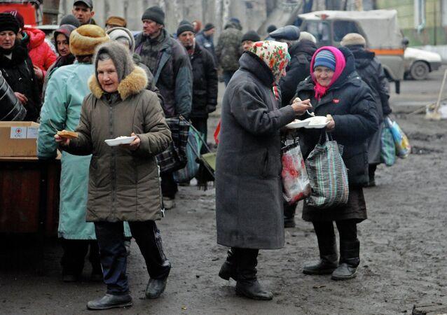 Pensionistas de Donbás reciben ayuda humanitaria en Debáltsevo