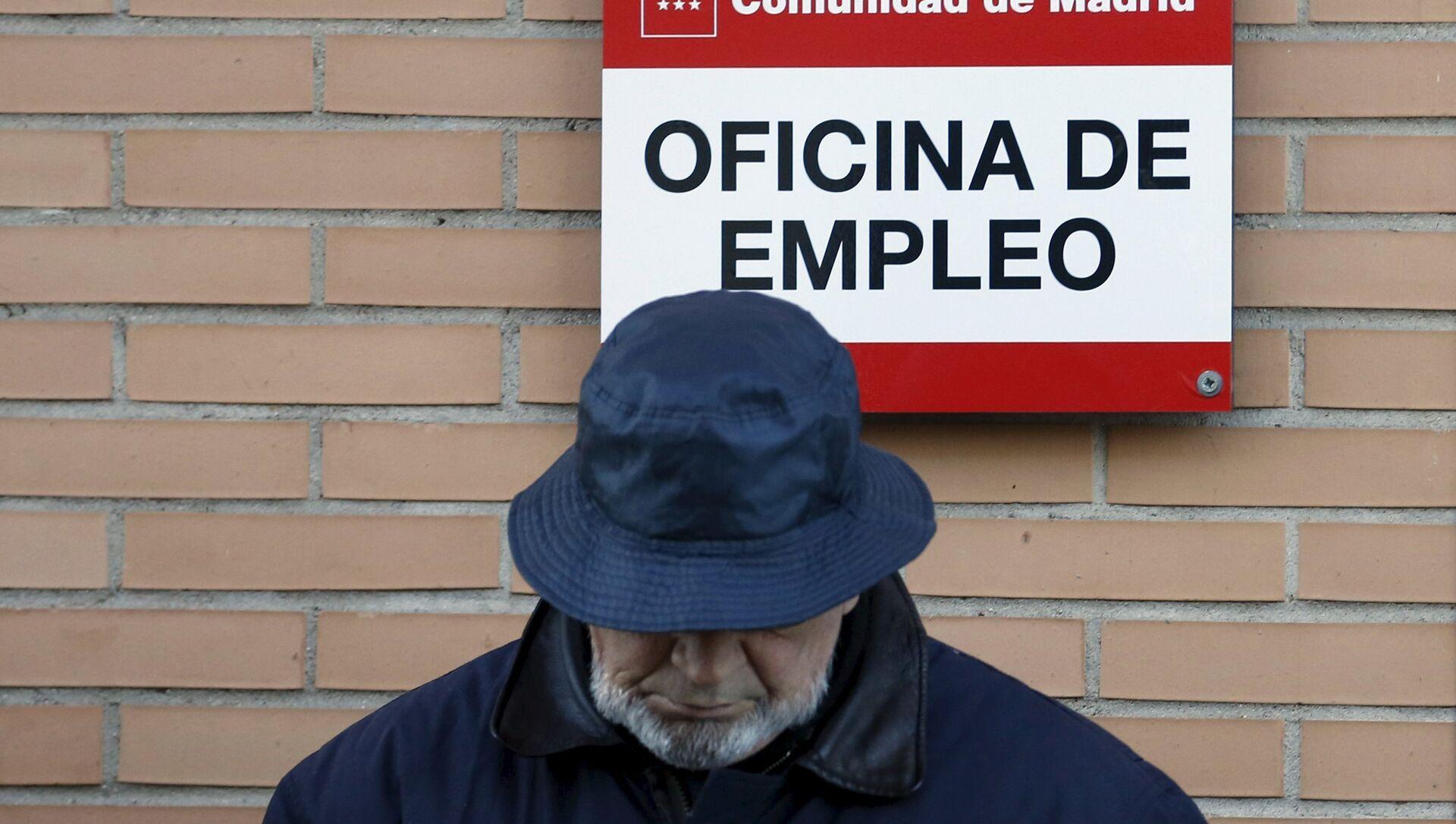 Un hombre cerca de la oficina de empleo en Madrid, España - Sputnik Mundo, 1920, 01.05.2020