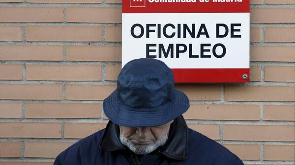 Un hombre cerca de la oficina de empleo en Madrid, España - Sputnik Mundo