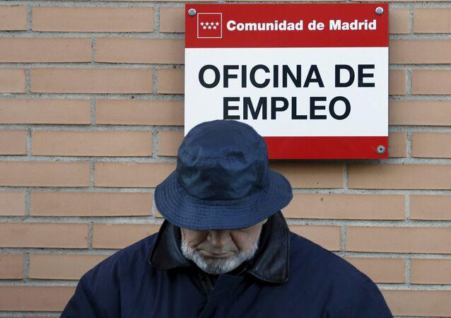 Un hombre cerca de la oficina de empleo en Madrid, España