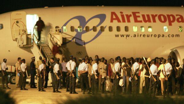 España ha deportado a más de 9.400 inmigrantes en avión desde 2010 - Sputnik Mundo