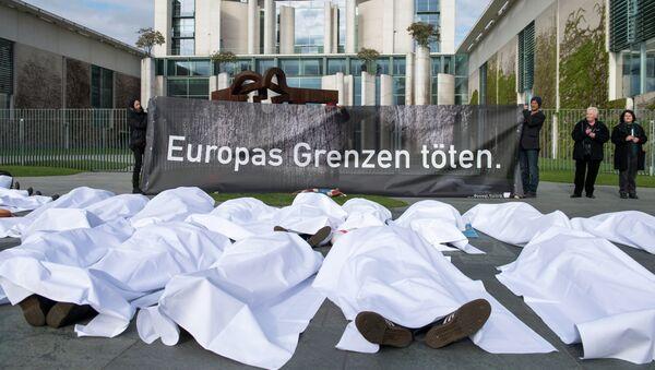 Grupo de manifestantes que protestaban contra la política migratoria de la Unión Europea en Alemania - Sputnik Mundo