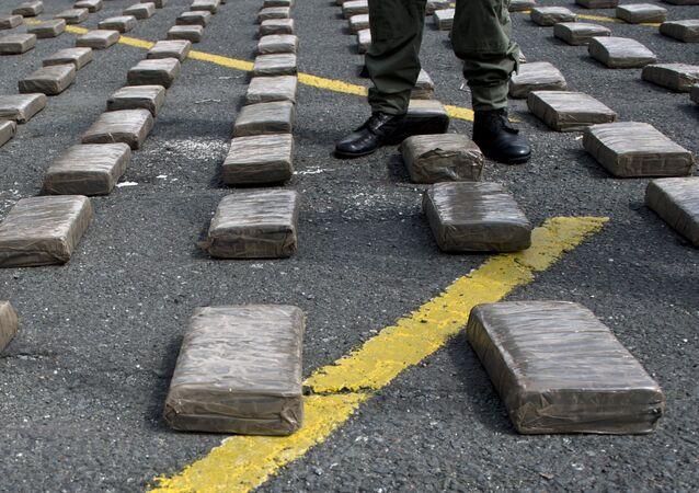 Policía colombiano se encuentra en medio de paquetes de marihuana (archivo)