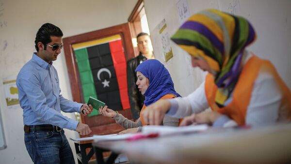 A man arrives to casts his vote at a polling station in the eastern city of Benghazi, Libya, Thursday Feb. 20, 2014. - Sputnik Mundo