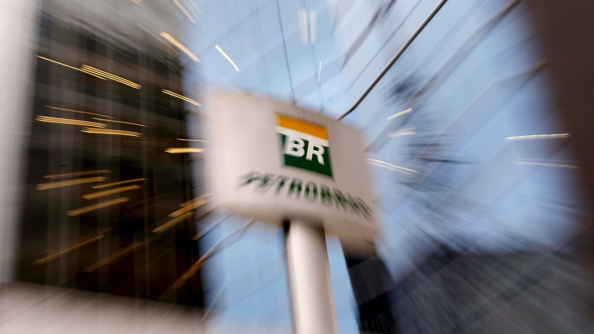The Petrobras logo in front of the company's headquarters in Sao Paulo - Sputnik Mundo, 1920, 19.02.2021