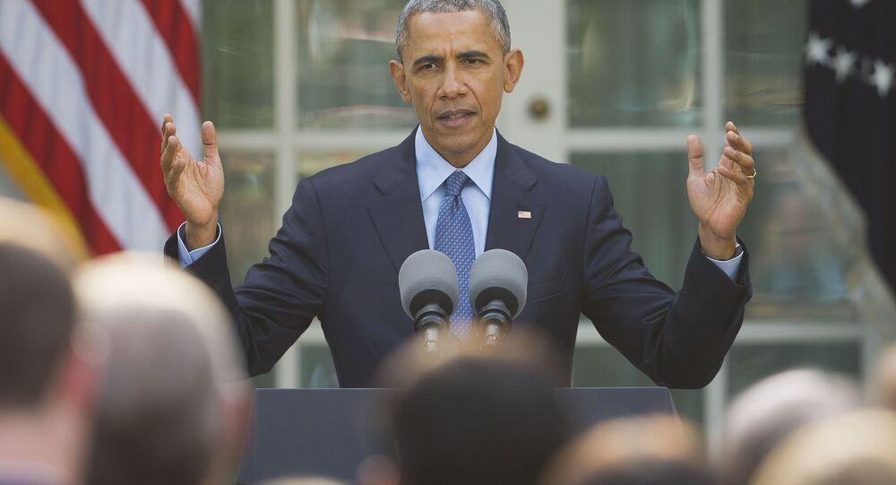 El presidente de EEUU, Barack Obama, habla con los miembros del Congreso y otros invitados en Jardín De Rosas de Casa Blanca
