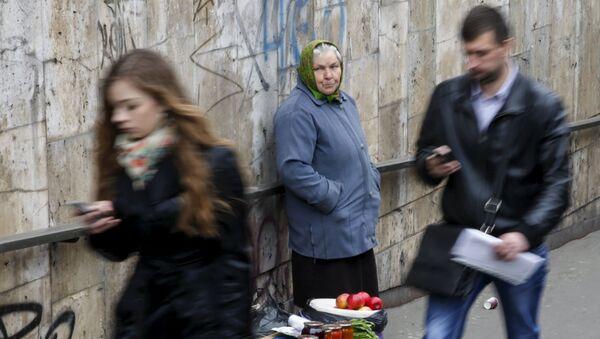 Una anciana vende productos caseros en el centro de Kiev - Sputnik Mundo