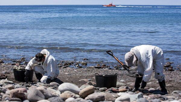 Hombres recogen combustible en la playa Veneguera en Gran Canaria - Sputnik Mundo