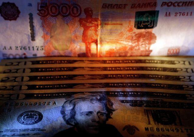 Billetes ruso y estadounidense