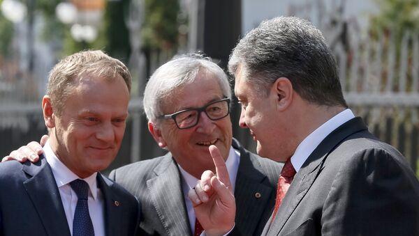 Donald Tusk, Jean-Claude Juncker y Petró Poroshenko - Sputnik Mundo