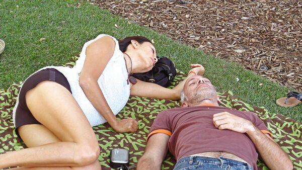 Una pareja en un parque de Madrid - Sputnik Mundo