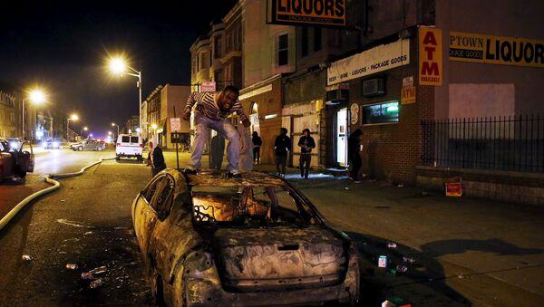 Decretan toque de queda en Baltimore por disturbios - Sputnik Mundo