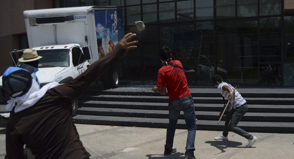 Hartazgo causa protestas violentas en México, dice asesor del caso masacre Ayotzinapa