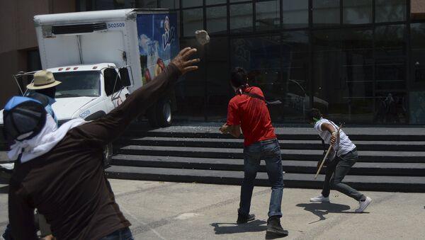 Hartazgo causa protestas violentas en México, dice asesor del caso masacre Ayotzinapa - Sputnik Mundo