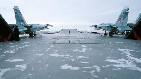 Cazas Su-33 en la cubierta del Almirante Kuznetsov - Sputnik Mundo
