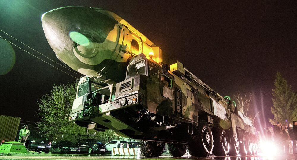 Lanzadera de misiles Topol en el parque moscovita VDNJ