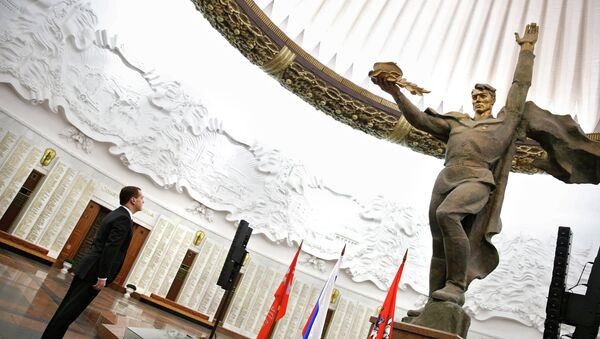Dmitri Medvédev, primer ministro ruso, dentro del Museo Central de la Gran Guerra Patria - Sputnik Mundo
