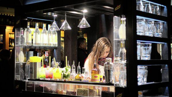 Empleada de un bar en Madrid - Sputnik Mundo