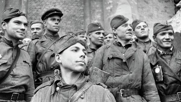 Soldados del Ejército Rojo en Berlín - Sputnik Mundo