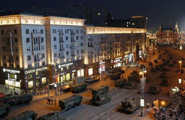 Primer ensayo nocturno del Desfile de la Victoria en Moscú - Sputnik Mundo