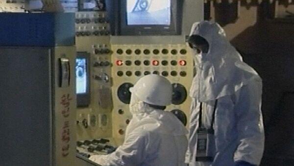 Trabajadores operan equipos en el principal reactor nuclear de Corea del Norte en Yongbyon - Sputnik Mundo