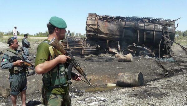 Fuerzas de seguridad afganas hacen guardia cerca de un camión cisterna de combustible quemado en Kunduz (archivo 4 de septiembre 2009) - Sputnik Mundo