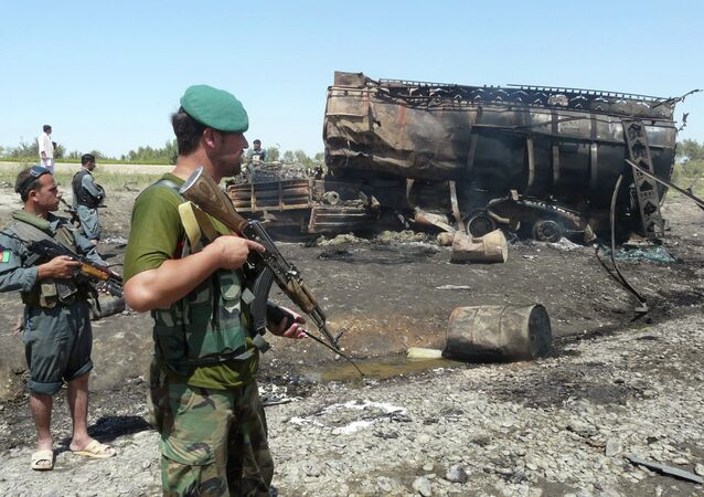 Fuerzas de seguridad afganas hacen guardia cerca de un camión cisterna de combustible quemado en Kunduz (archivo 4 de septiembre 2009)