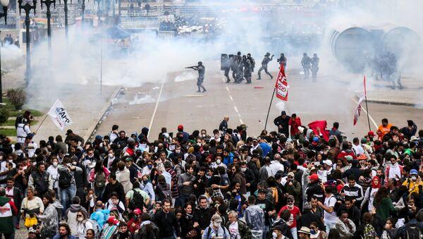 Unos 400 profesores de la red pública del estado brasileño de Paraná resultaron heridos de diferente consideración en los enfrentamientos con los agentes de la Policía Militar - Sputnik Mundo