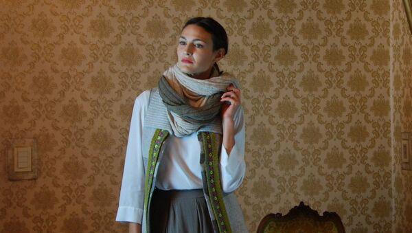 Modela de la diseñadora uruguaya Margara Shaw retratada en la Embajada rusa en Montevideo - Sputnik Mundo