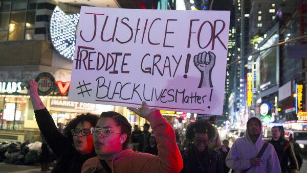 La policía sostiene que Freddy Gray se autolesionó en el vehículo policial - Sputnik Mundo