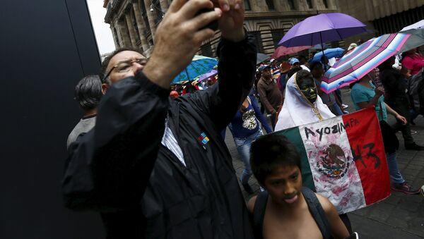 Miles marchan con padres de 43 desaparecidos en Día de los Trabajadores en México - Sputnik Mundo