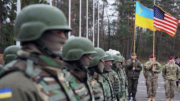 Militares ucranianos y estadounidenses (archivo) - Sputnik Mundo