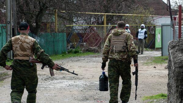 Pro-Russian separatists walk in a street patrolled by OSCE observers in the village of Shyrokyne - Sputnik Mundo