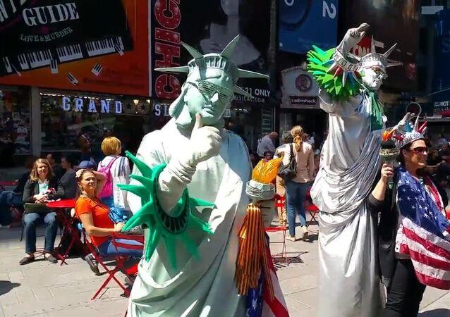Un actor disfrazado de Estatua de la Libertad entrega las cintas de San Jorge