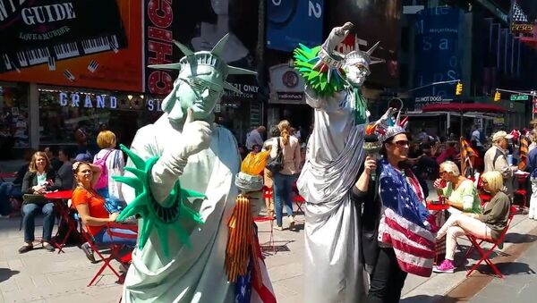 Статуя Свободы раздает георгиевские ленточки на Таймс-Сквер в Нью-Йорке - Sputnik Mundo