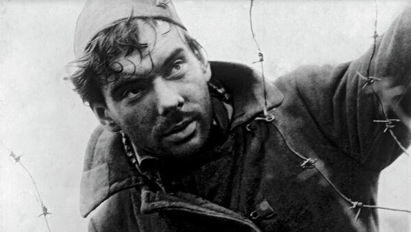 Actor ruso Alexéi Batalov en la película Cuando pasan las cigüeñas - Sputnik Mundo