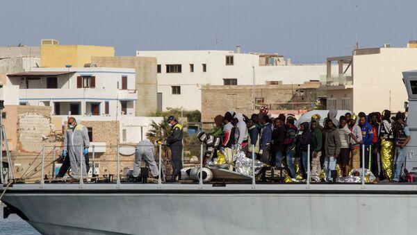 Inmigrantes ilegales en Lampedusa - Sputnik Mundo