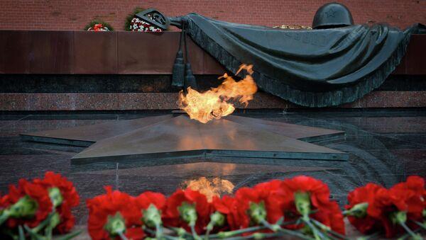 Tumba del Soldado Desconocido en el Jardín Alexander frente al muro del Kremlin en Moscú - Sputnik Mundo