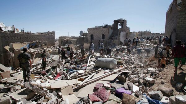People search for survivors under the rubble of houses destroyed by Saudi-led airstrikes in Sanaa, Yemen, Friday, May 1, 2015.  - Sputnik Mundo