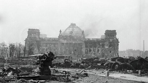 Armas antiaéreas en las ruinas del Reichstag - Sputnik Mundo