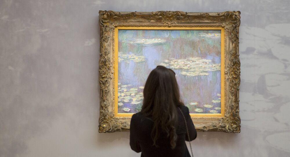 Una mujer contempla una obra de Claude Monet