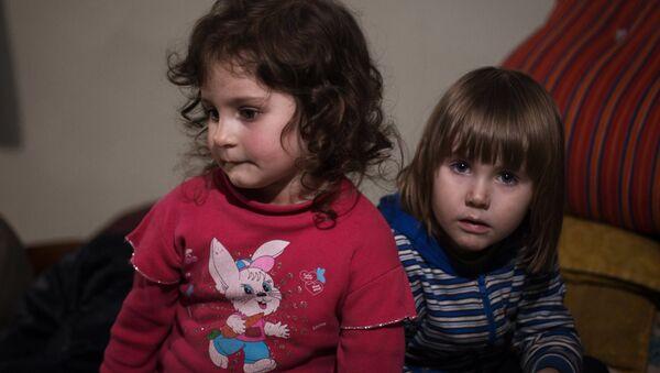 Dos niñas en un refugio antiaéreo en Donetsk - Sputnik Mundo