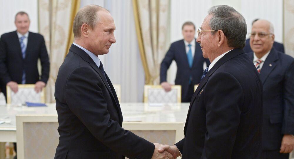 Presidente de Rusia, Vladímir Putin (izda.) y su homólogo cubano, Raúl Castro