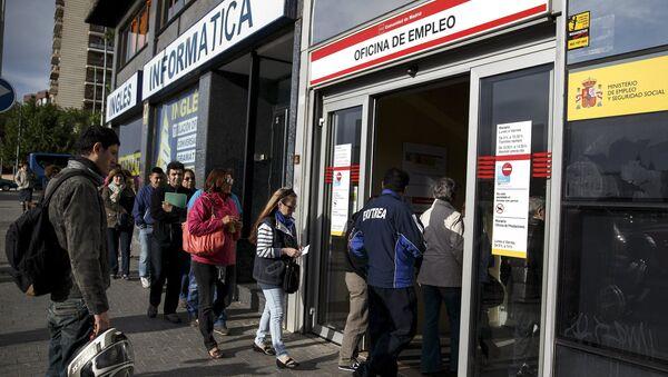 Desempleados entran en la oficina de empleo en Madrid - Sputnik Mundo
