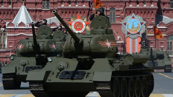 Tanques T-34-85 de los tiempos de la II Guerra Mundial durante el Desfile de la Victoria en la Plaza Roja - Sputnik Mundo