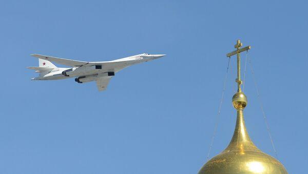 Bombardero estratégico portamisiles Tu-160 durante el Desfile de la Victoria en la Plaza Roja - Sputnik Mundo