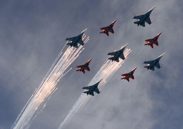 Famoso 'diamante' de nueve aviones Su-27 y MiG-29 de las escuadrillas de acrobacia aérea