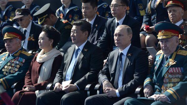 Presidente de Rusia, Vladímir Putin (segundo por la derecha), y presidente de China, Xi Jinping (centro), durante el Desfile militar en la Plaza Roja - Sputnik Mundo