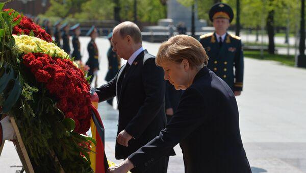 Vladímir Putin y Angela Merkel depositan una ofrenda floral ante tumba del Soldado Desconocido en Moscú - Sputnik Mundo