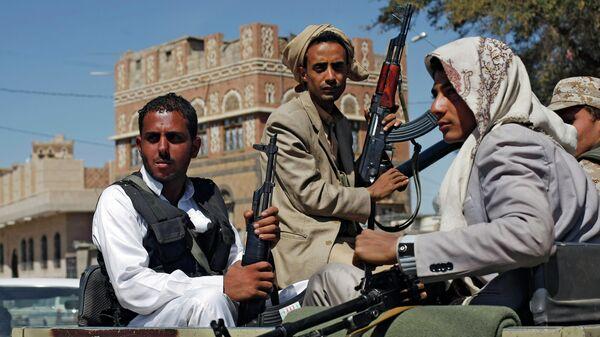 Houthi Shiite rebels ride in a military truck while patrolling a street in Sanaa, Yemen - Sputnik Mundo